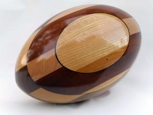 les ballons de rugby en bois quand l 39 ovalie inspire un artisan d 39 art audois ma r gion. Black Bedroom Furniture Sets. Home Design Ideas